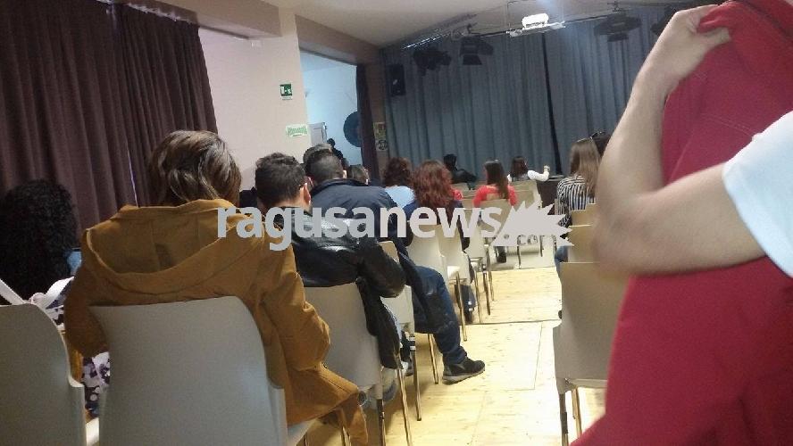 http://www.ragusanews.com//immagini_articoli/18-04-2017/fila-fare-comparsa-commissario-montalbano-500.jpg