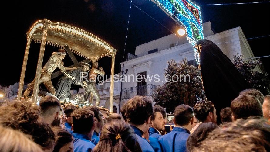 http://www.ragusanews.com//immagini_articoli/18-04-2017/ispica-madonna-cristo-bacio-dato-500.jpg