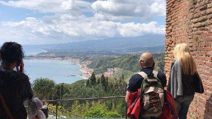 https://www.ragusanews.com//immagini_articoli/18-04-2019/1555599936-pasqua-e-pasquetta-che-spettacolo-i-siti-parco-di-naxos-taormina-1-240.jpg