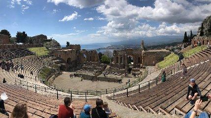 https://www.ragusanews.com//immagini_articoli/18-04-2019/pasqua-e-pasquetta-che-spettacolo-i-siti-parco-di-naxos-taormina-240.jpg