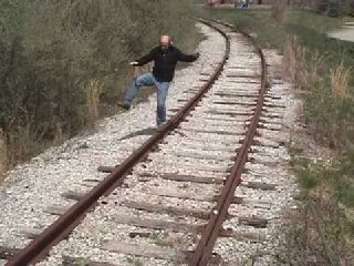 https://www.ragusanews.com//immagini_articoli/18-04-2019/scicli-uomo-nudo-si-sdraia-sui-binari-e-aspetta-il-treno-240.jpg