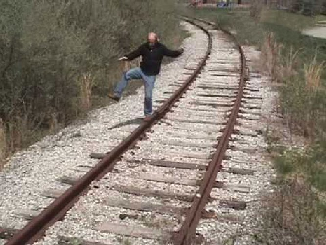 https://www.ragusanews.com//immagini_articoli/18-04-2019/scicli-uomo-nudo-si-sdraia-sui-binari-e-aspetta-il-treno-500.jpg