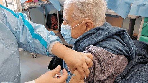 https://www.ragusanews.com//immagini_articoli/18-04-2021/io-e-ia-moglie-ci-siamo-vaccinati-al-maggiore-grazie-a-tutti-280.jpg