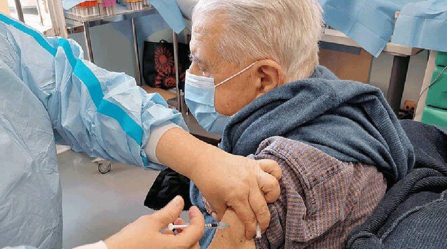 https://www.ragusanews.com//immagini_articoli/18-04-2021/io-e-ia-moglie-ci-siamo-vaccinati-al-maggiore-grazie-a-tutti-500.jpg