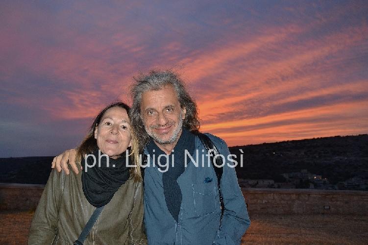 http://www.ragusanews.com//immagini_articoli/18-05-2014/alessandro-bergonzoni-turista-a-scicli-500.jpg