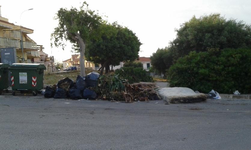 http://www.ragusanews.com//immagini_articoli/18-05-2015/marina-di-ragusa-il-lunedi-una-unica-grande-discarica-500.jpg