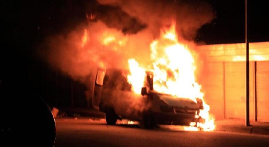 http://www.ragusanews.com//immagini_articoli/18-05-2017/modica-fuoco-furgone-aldo-moro-500.jpg