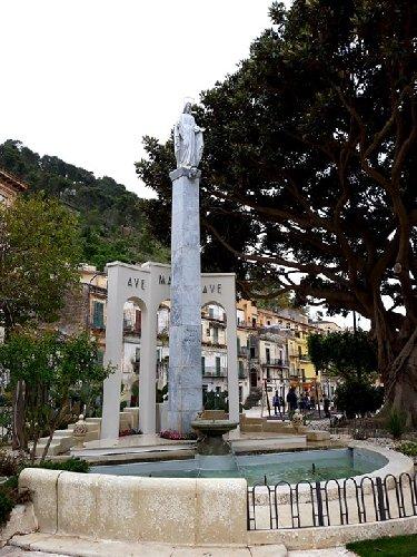 https://www.ragusanews.com//immagini_articoli/18-05-2019/restaurata-la-statua-madonnina-di-piazza-rizzone-500.jpg