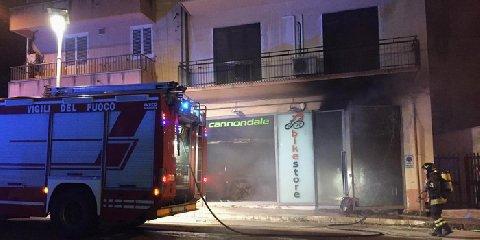 https://www.ragusanews.com//immagini_articoli/18-05-2019/scoperto-l-autore-incendio-al-bike-store-di-ragusa-240.jpg