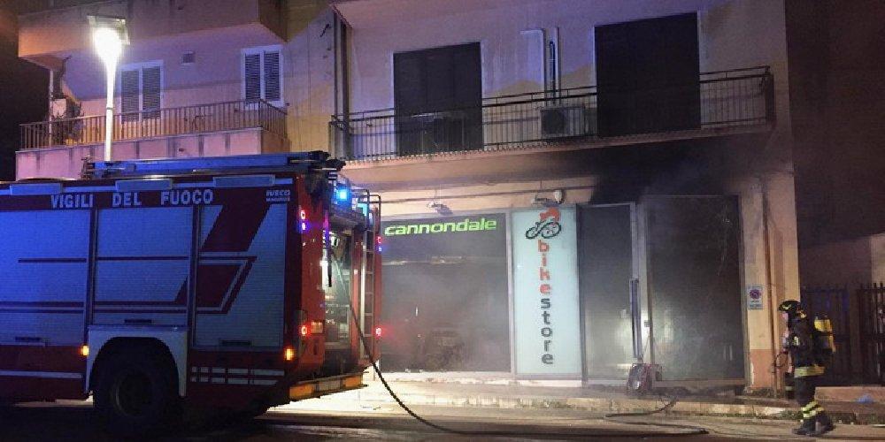 https://www.ragusanews.com//immagini_articoli/18-05-2019/scoperto-l-autore-incendio-al-bike-store-di-ragusa-500.jpg