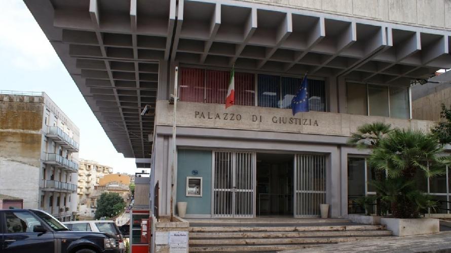 https://www.ragusanews.com//immagini_articoli/18-06-2015/vigilanza-al-palazzo-di-giustizia-di-ragusa-11-denunciati-500.jpg