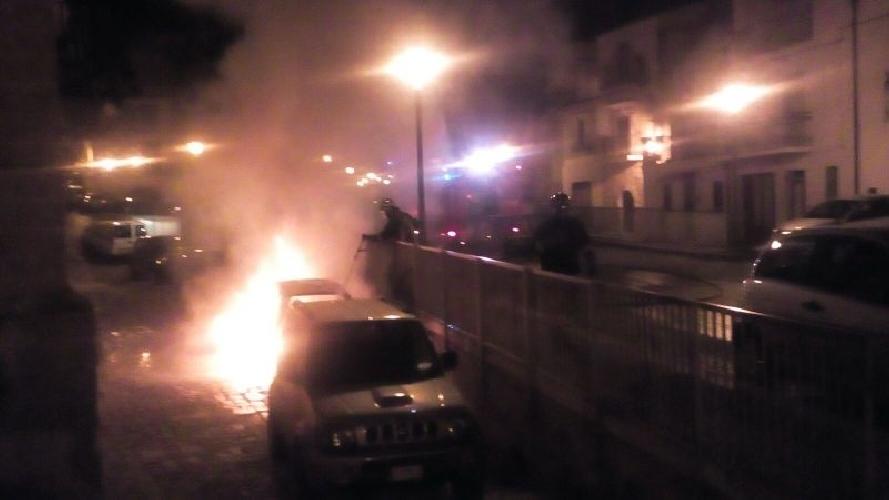 http://www.ragusanews.com//immagini_articoli/18-06-2016/incendiata-un-auto-a-santa-maria-la-nova-500.jpg