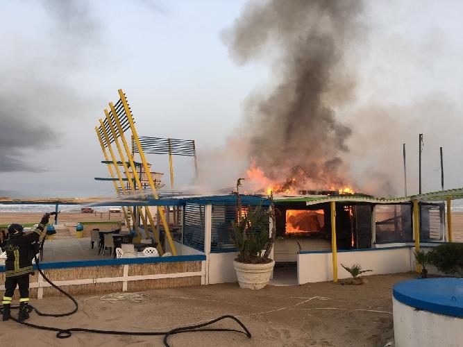 https://www.ragusanews.com//immagini_articoli/18-06-2016/scoglitti-a-fuoco-il-the-beach-500.jpg