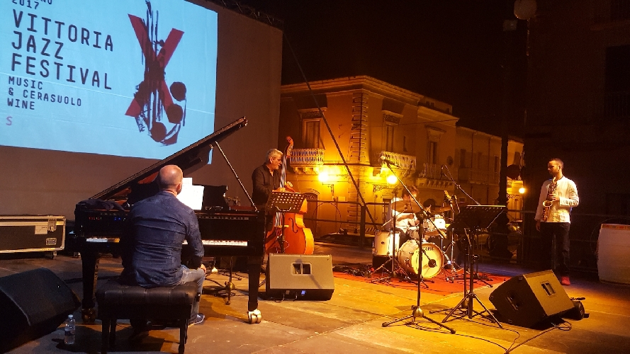 http://www.ragusanews.com//immagini_articoli/18-06-2017/antonio-fara-incanta-platea-vittoria-jazz-fest-500.jpg