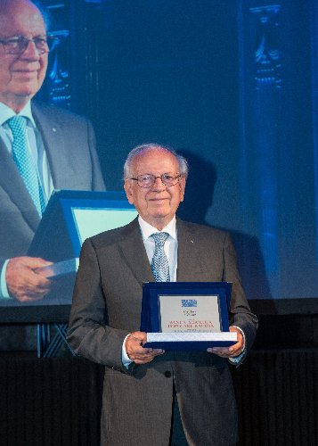 https://www.ragusanews.com//immagini_articoli/18-06-2018/bapr-premiata-milano-finanza-global-awards-2018-500.jpg