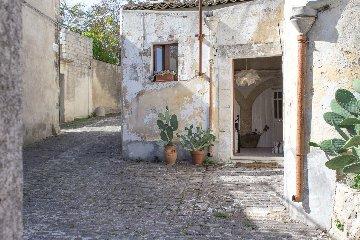 https://www.ragusanews.com//immagini_articoli/18-06-2018/open-inaugurare-welcome-point-palazzolo-240.jpg