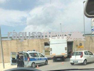 https://www.ragusanews.com//immagini_articoli/18-06-2018/ragusa-camion-rimane-incastrato-sottopasso-240.jpg