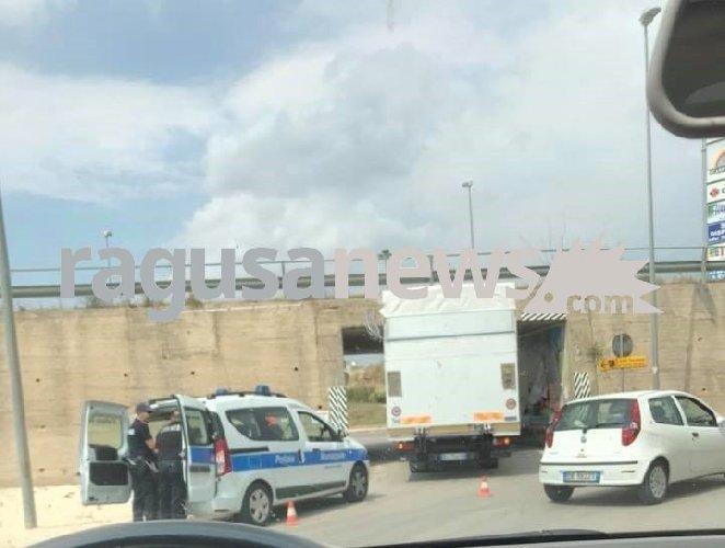 https://www.ragusanews.com//immagini_articoli/18-06-2018/ragusa-camion-rimane-incastrato-sottopasso-500.jpg