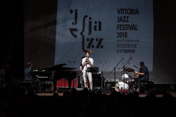 https://www.ragusanews.com//immagini_articoli/18-06-2018/roberto-gatto-chiude-vittoria-jazz-festival-500.jpg
