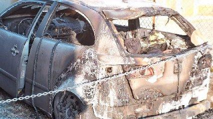 https://www.ragusanews.com//immagini_articoli/18-06-2019/auto-va-a-fuoco-durante-la-marcia-al-pisciotto-240.jpg