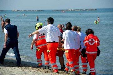 https://www.ragusanews.com//immagini_articoli/18-06-2019/pozzallo-donna-si-sente-male-in-spiaggia-muore-240.jpg