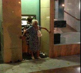 https://www.ragusanews.com//immagini_articoli/18-06-2019/rapinano-unanziana-portandola-al-bancomat-con-inganno-arrestati-240.jpg