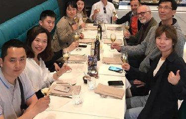 https://www.ragusanews.com//immagini_articoli/18-06-2019/se-i-cinesi-fanno-i-reality-di-cucina-a-taormina-240.jpg