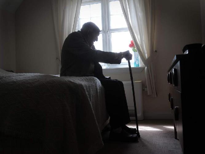 https://www.ragusanews.com//immagini_articoli/18-06-2020/anziano-si-toglie-la-vita-lanciandosi-da-balcone-di-una-casa-di-riposo-500.jpg