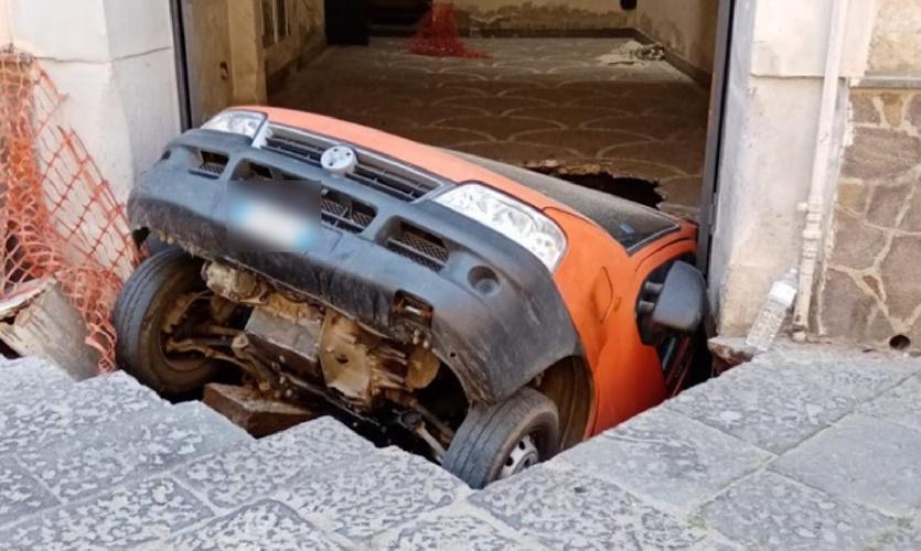 https://www.ragusanews.com//immagini_articoli/18-06-2021/la-terra-sbadiglia-e-inghiotte-un-intero-furgone-video-500.jpg