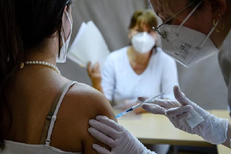 https://www.ragusanews.com//immagini_articoli/18-06-2021/vaccino-sbagliato-iniettato-per-errore-astrazeneca-a-2-ragazze-di-23-anni-500.jpg