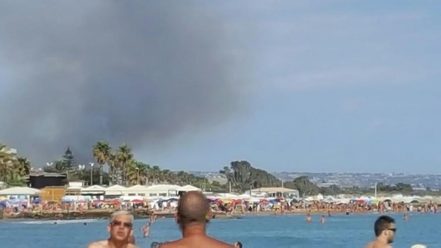 https://www.ragusanews.com//immagini_articoli/18-07-2016/incendio-alla-foce-dell-irminio-500.jpg