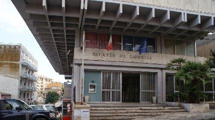 https://www.ragusanews.com//immagini_articoli/18-07-2018/ergastolano-tenta-evadere-tribunale-ragusa-mentre-udienza-240.jpg