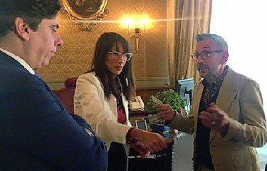 https://www.ragusanews.com//immagini_articoli/18-07-2019/bruno-barbieri-con-le-telecamere-di-4-hotel-a-catania-240.jpg