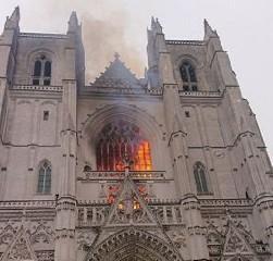 https://www.ragusanews.com//immagini_articoli/18-07-2020/1595056940-incendio-nella-cattedrale-di-nantes-1-240.jpg