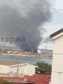 https://www.ragusanews.com//immagini_articoli/18-07-2021/incendio-all-hotspot-di-pozzallo-280.jpg