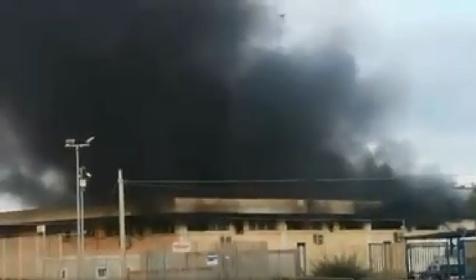 https://www.ragusanews.com//immagini_articoli/18-07-2021/pozzallo-nuovi-video-dell-incendio-al-centro-migranti-280.jpg
