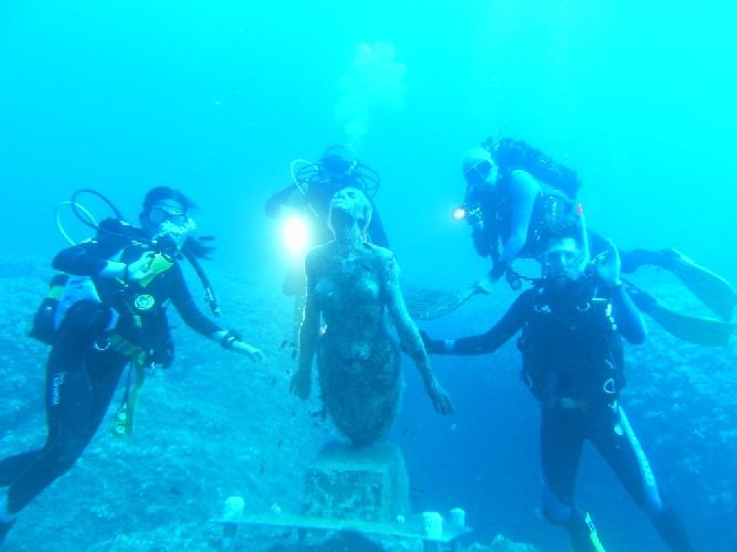 https://www.ragusanews.com//immagini_articoli/18-08-2011/visita-dei-sommozzatori-iblei-alla-statua-di-una-sirena-500.jpg