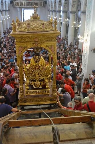 http://www.ragusanews.com//immagini_articoli/18-08-2014/san-bartolomeo-e-sceso-dall-altare-500.jpg