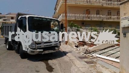 http://www.ragusanews.com//immagini_articoli/18-08-2017/scicli-camion-senza-autista-schianta-muro-tragedia-sfiorata-240.jpg