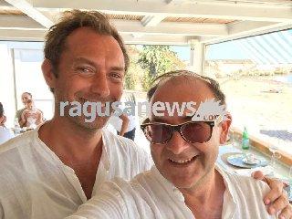 https://www.ragusanews.com//immagini_articoli/18-08-2018/attore-jude-vacanza-ragusano-240.jpg