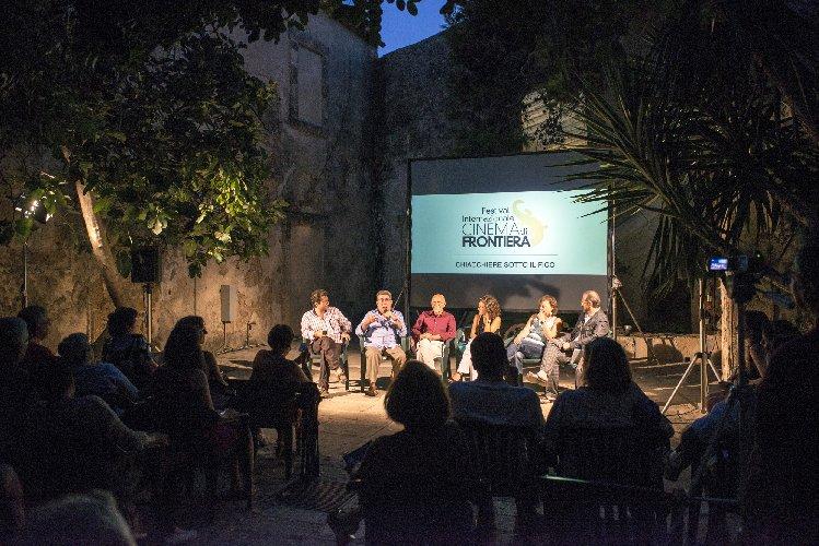 https://www.ragusanews.com//immagini_articoli/18-08-2018/selezionati-cortometraggi-cinema-frontiera-500.jpg