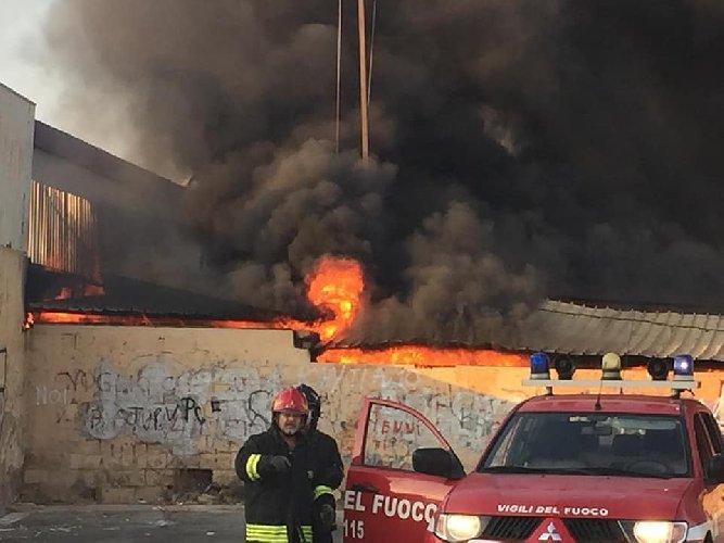 https://www.ragusanews.com//immagini_articoli/18-08-2019/incendio-in-un-capannone-fiera-emaia-500.jpg