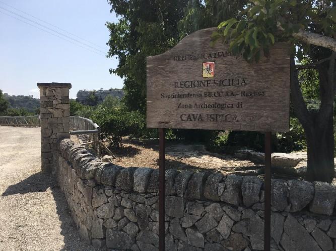 https://www.ragusanews.com//immagini_articoli/18-08-2020/riapre-il-parco-archeologico-di-cava-ispica-500.jpg