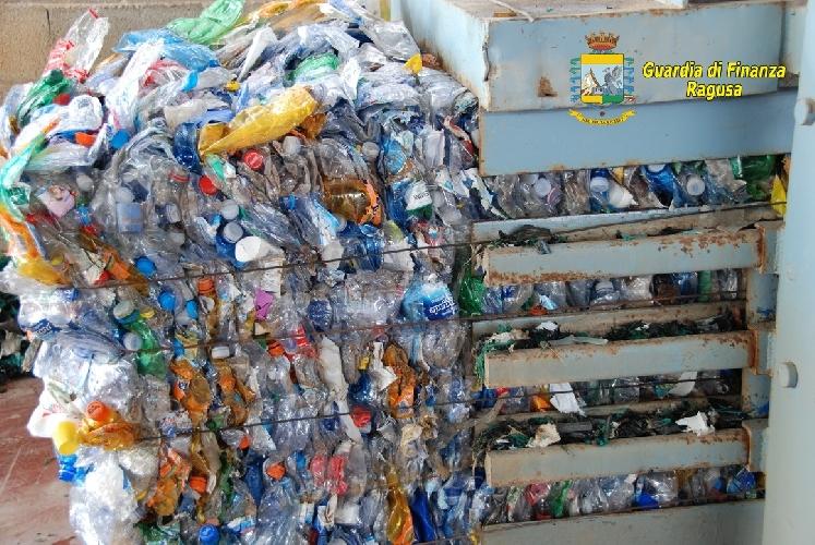 http://www.ragusanews.com//immagini_articoli/18-09-2014/un-area-di-stoccaggio-abusiva-di-rifiuti-a-ispica-500.jpg