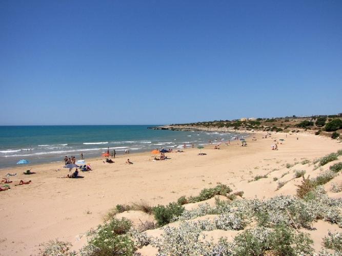 http://www.ragusanews.com//immagini_articoli/18-09-2017/sampieri-colto-malore-spiaggia-muore-lentinese-500.jpg