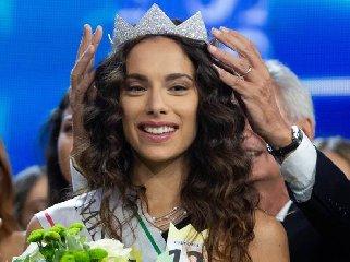 https://www.ragusanews.com//immagini_articoli/18-09-2018/miss-italia-nulla-fare-siciliane-vince-carlotta-maggiorana-240.jpg