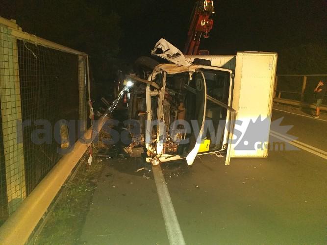 https://www.ragusanews.com//immagini_articoli/18-09-2020/1600467625-brutto-incidente-a-ragusa-camion-si-ribalta-1-500.jpg