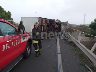 https://www.ragusanews.com//immagini_articoli/18-09-2020/1600467625-brutto-incidente-a-ragusa-camion-si-ribalta-2-240.jpg