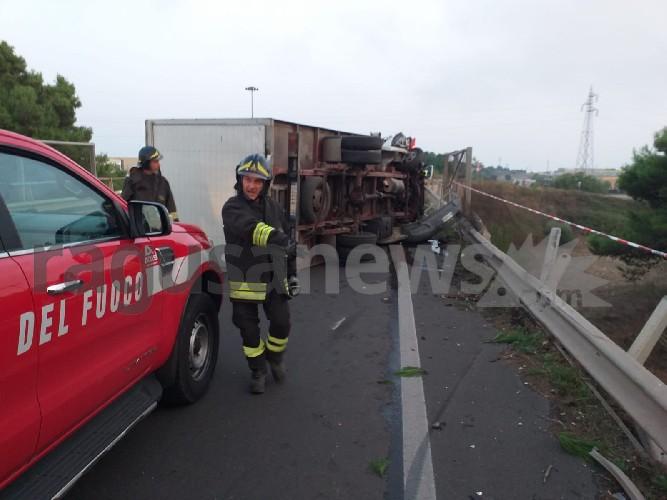 https://www.ragusanews.com//immagini_articoli/18-09-2020/1600467625-brutto-incidente-a-ragusa-camion-si-ribalta-2-500.jpg
