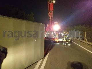 https://www.ragusanews.com//immagini_articoli/18-09-2020/1600467626-brutto-incidente-a-ragusa-camion-si-ribalta-3-240.jpg